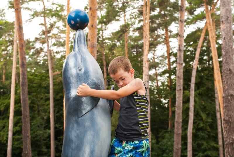 Мальчик и дельфин стоковые фото