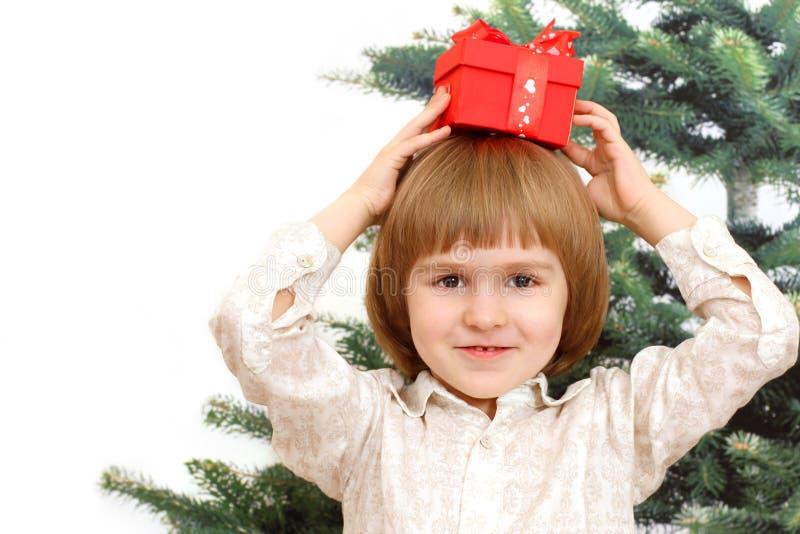 Download Мальчик и красная коробка против ели Стоковое Фото - изображение насчитывающей торжество, backhoe: 33734520