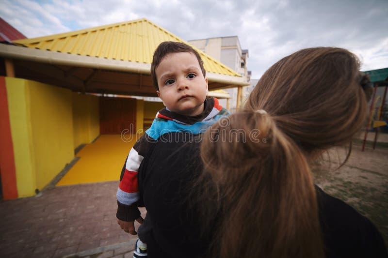 Мальчик и молодая мать стоковое фото rf