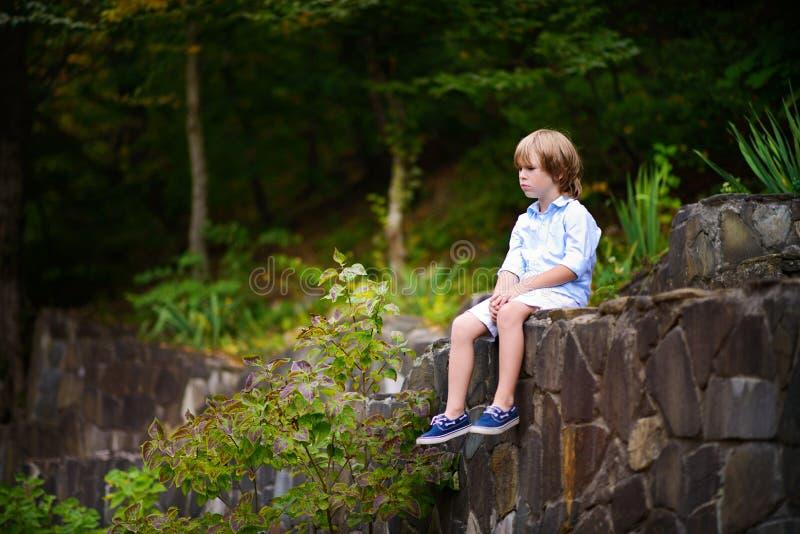 Мальчик идя в парк в лете стоковое изображение