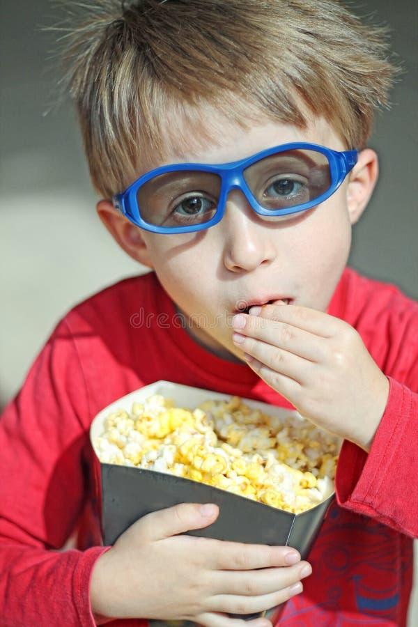 Мальчик идя к кино стоковое изображение rf