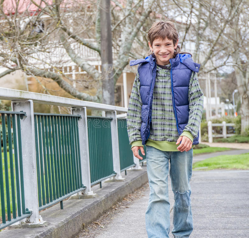 Мальчик идя улицей стоковые фотографии rf