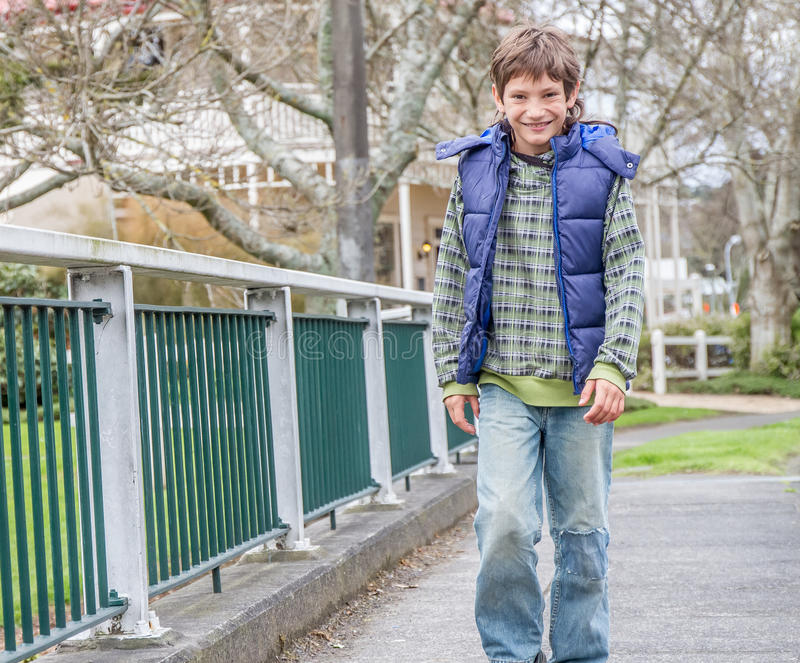 Мальчик идя улицей стоковые изображения