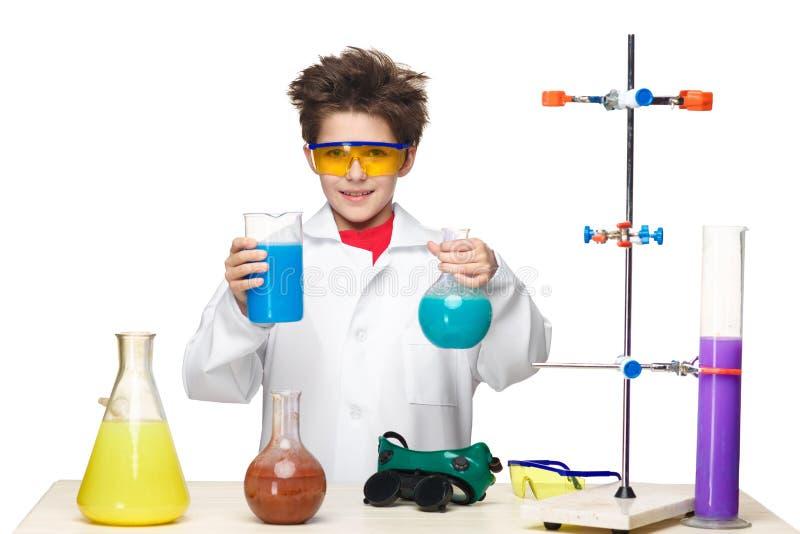 Мальчик как химик делая эксперимент с стоковое изображение