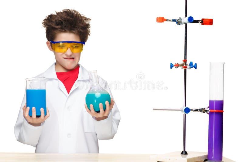 Мальчик как химик делая эксперимент с стоковое фото rf