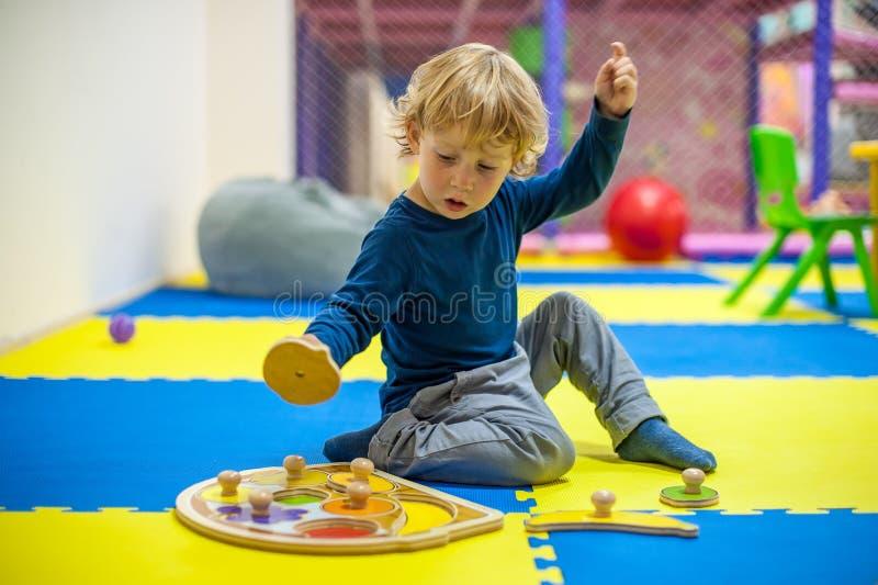 Мальчик малыша играя в начинать игру стоковая фотография