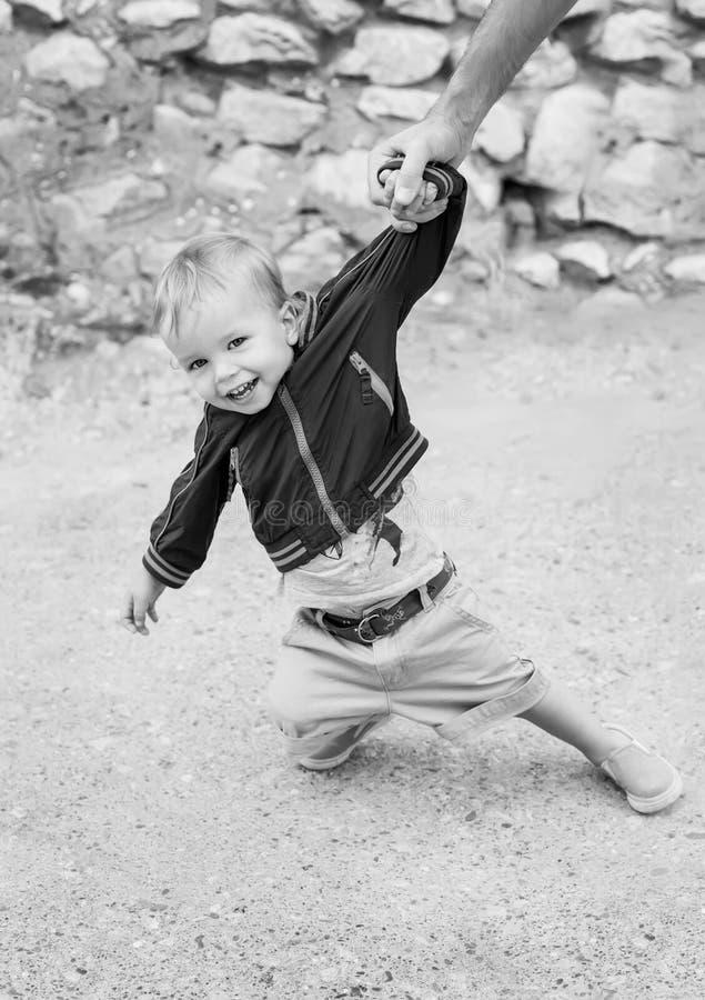 Мальчик малыша милый на прогулке стоковые фотографии rf