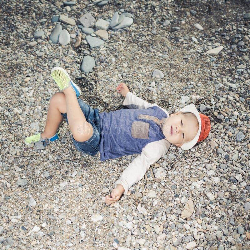 Мальчик моды ослабляя стоковое фото