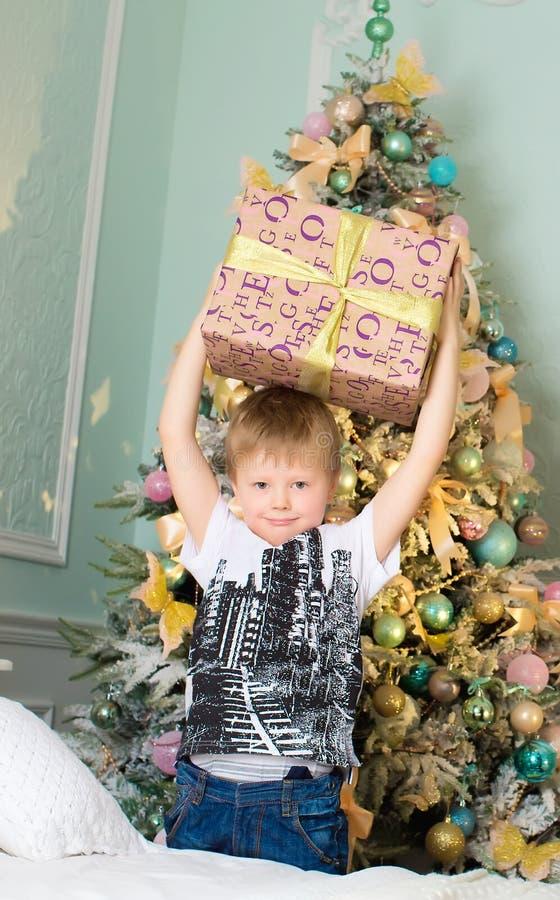 Мальчик наслаждается подарком для рождества стоковое фото rf