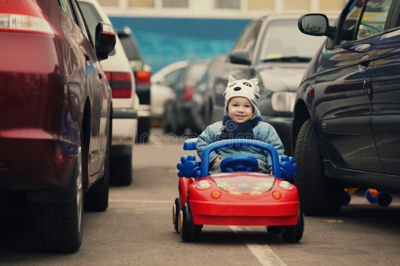 Мальчик на автостоянке стоковое изображение rf