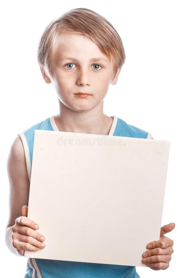 Мальчик на белой предпосылке с пустым boad стоковые фото