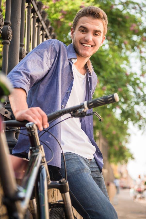 Мальчик на велосипеде стоковое фото rf