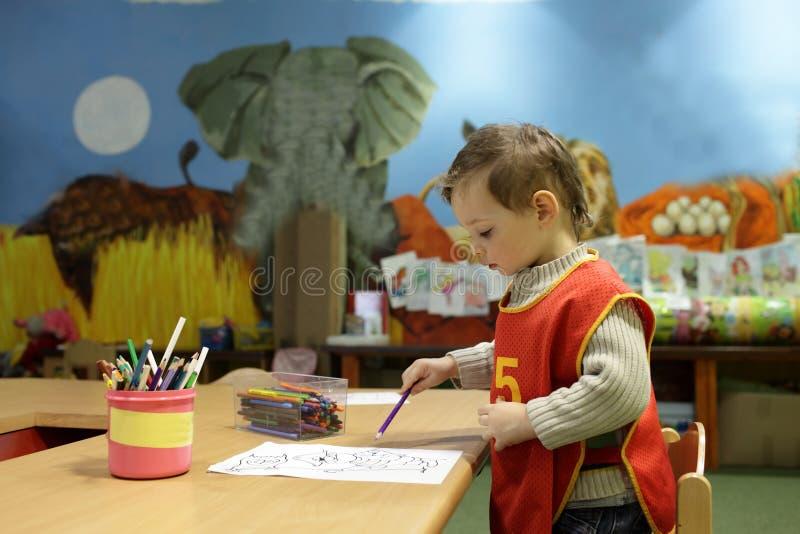 Download Мальчик на детском саде стоковое изображение. изображение насчитывающей характер - 40577699