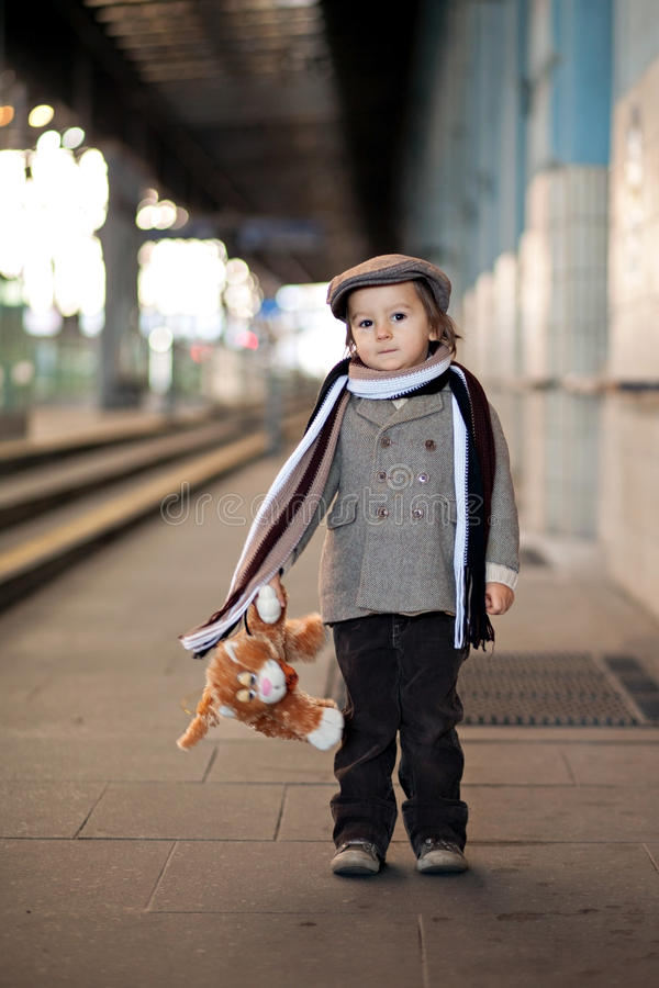 Мальчик на железнодорожном вокзале стоковое фото