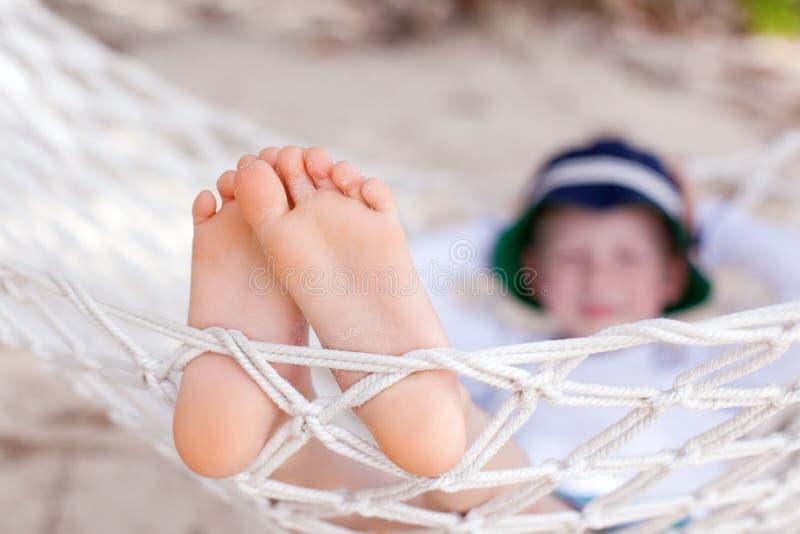 Download Мальчик на каникулах стоковое изображение. изображение насчитывающей ноги - 40591973