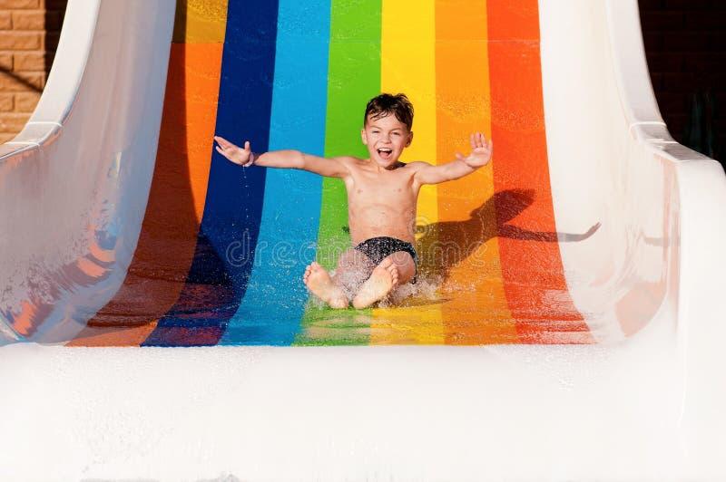 Мальчик на парке aqua стоковое изображение rf