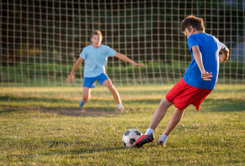 Мальчик на тренировке футбола стоковые фотографии rf