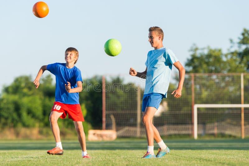 Мальчик на тренировке футбола стоковые фото
