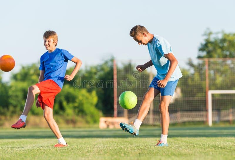 Мальчик на тренировке футбола стоковые изображения
