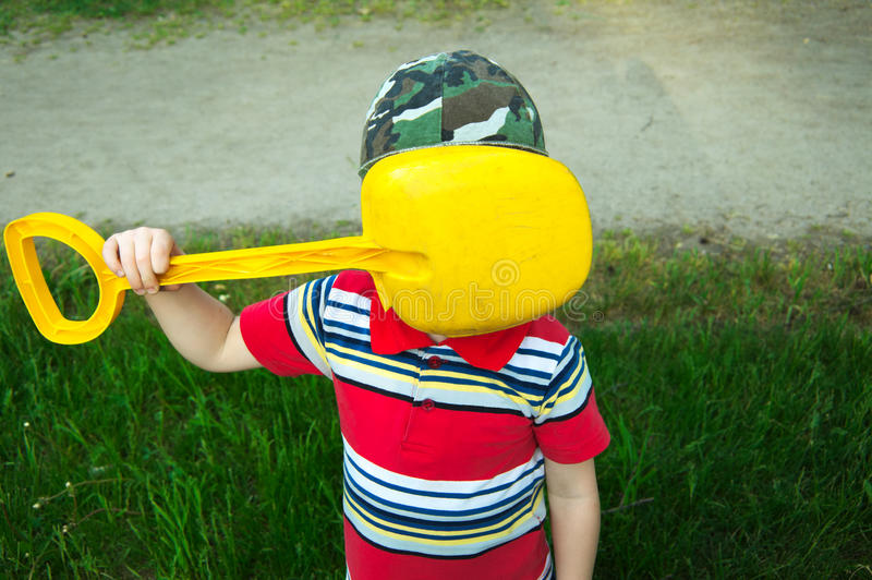 Мальчик не хочет быть сфотографированным стоковое фото rf