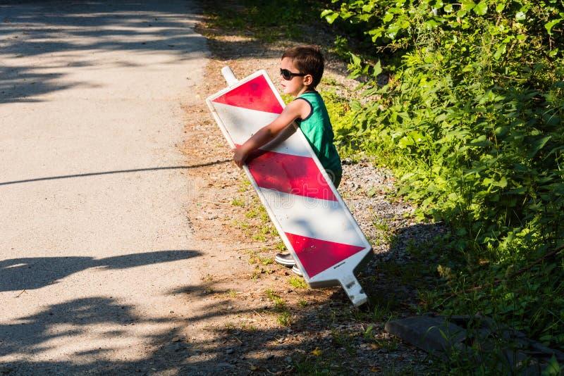 Мальчик носит барьер строительной площадки стоковое изображение