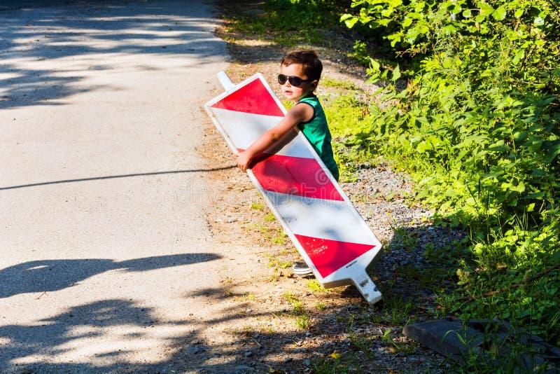 Мальчик носит барьер строительной площадки стоковые изображения rf