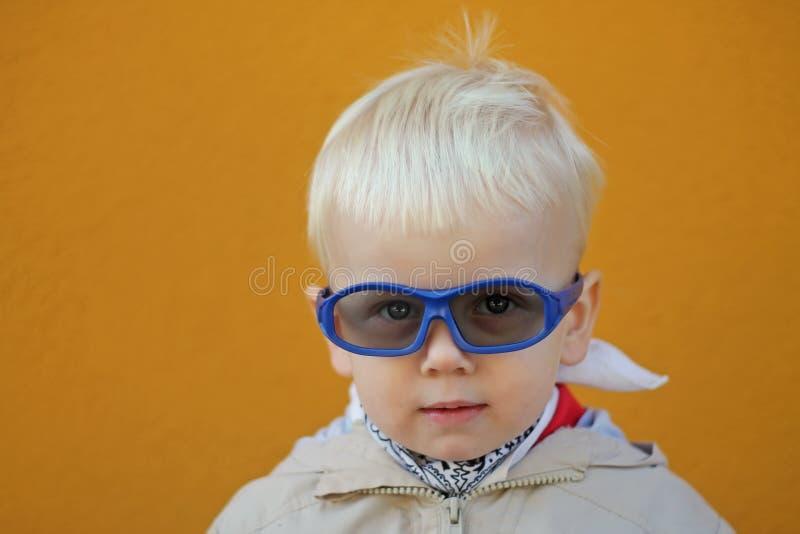 Мальчик носит стекла и он серьезен стоковое фото
