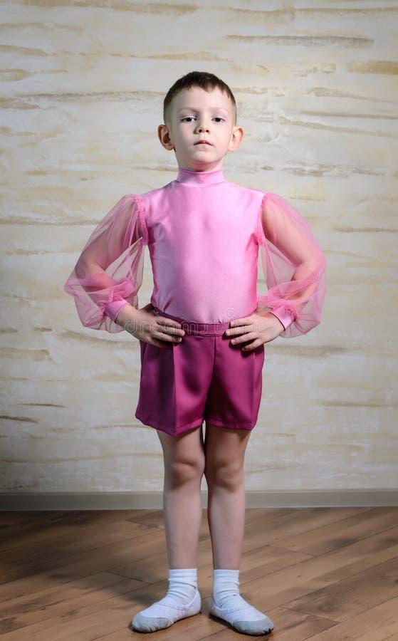 Мальчик нося розовое обмундирование танца представляя в студии стоковые фото