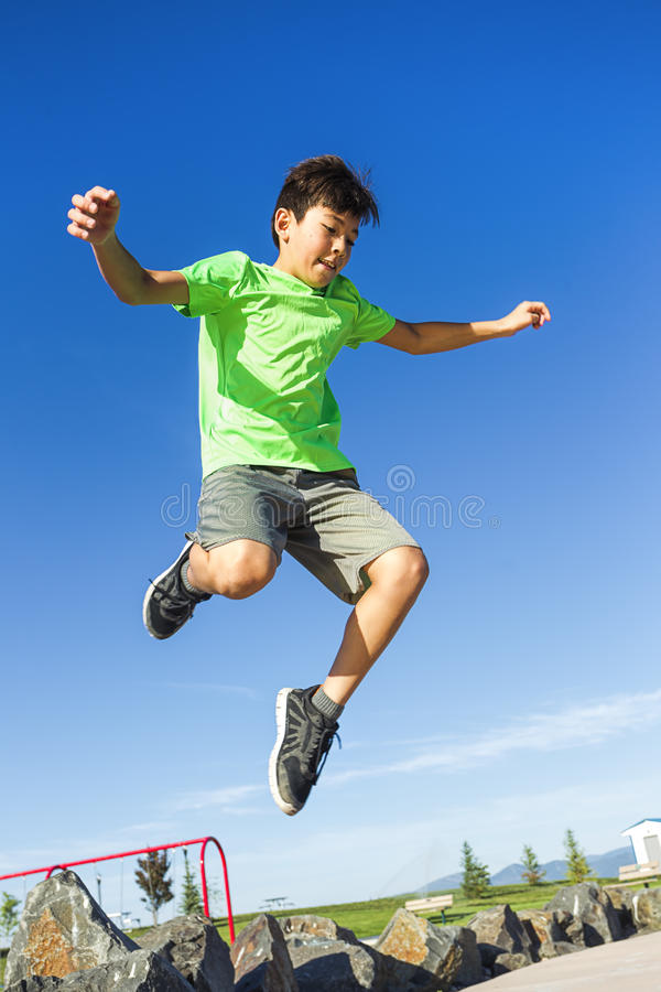 Мальчик перескакивая в воздухе стоковые изображения rf