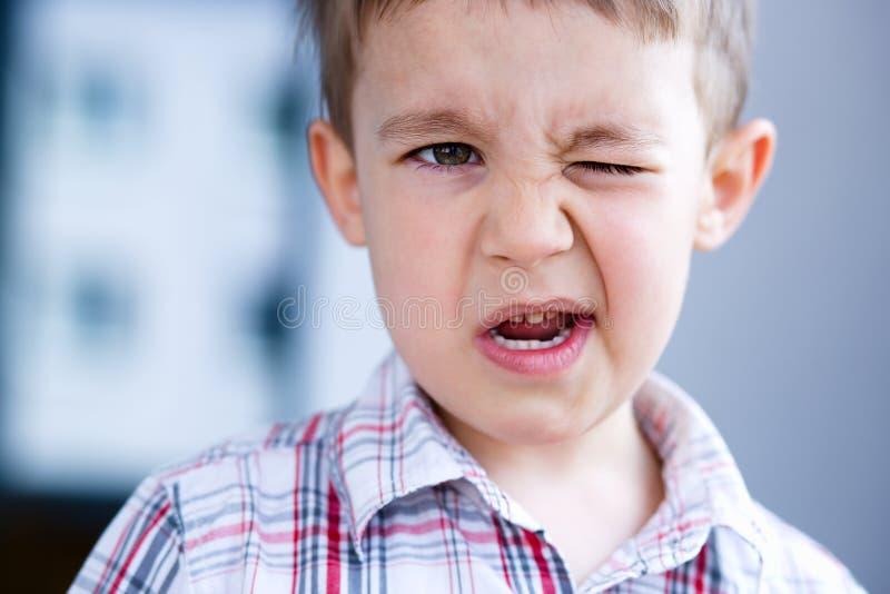 Мальчик портрета маленький милый, внутри помещения стоковые фотографии rf