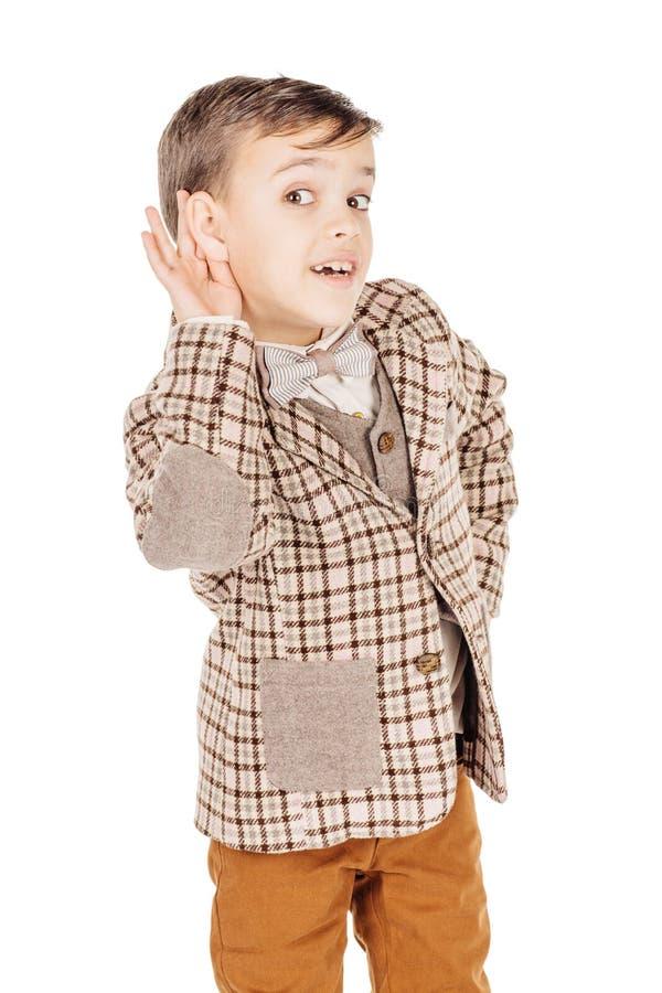 Мальчик портрета прелестный молодой счастливый смотря камеру изолированную дальше стоковая фотография