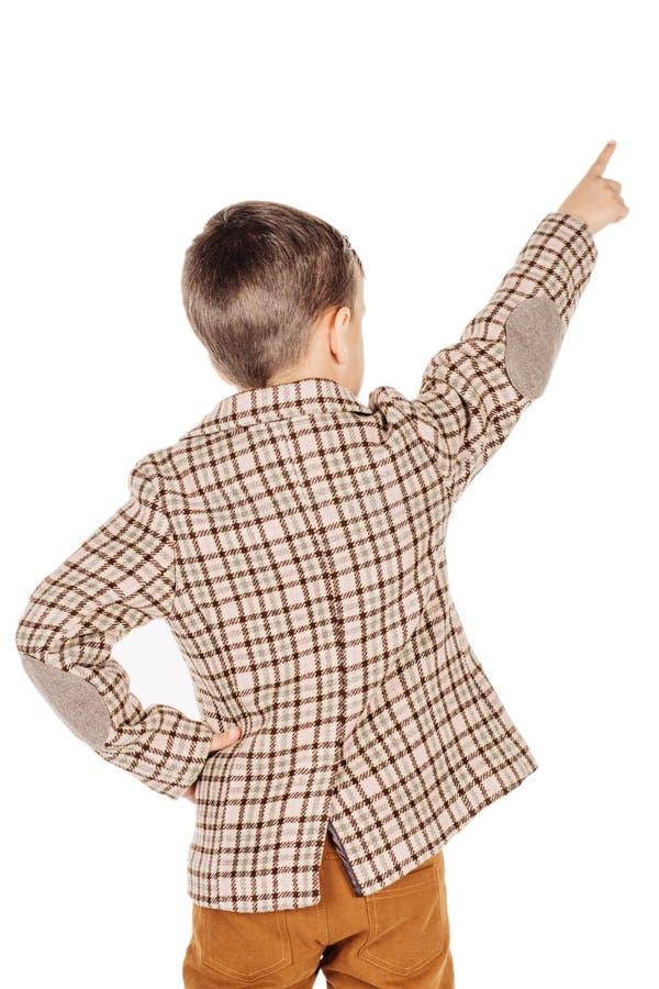 Мальчик портрета прелестный молодой счастливый смотря камеру изолированную дальше стоковое изображение