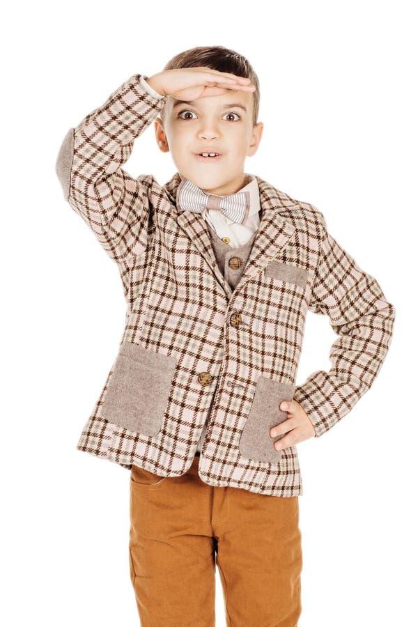 Мальчик портрета прелестный молодой счастливый смотря камеру изолированную дальше стоковые изображения