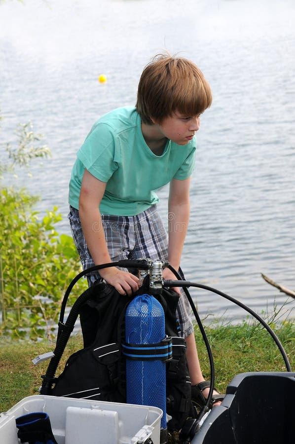 Мальчик подныривания стоковое изображение