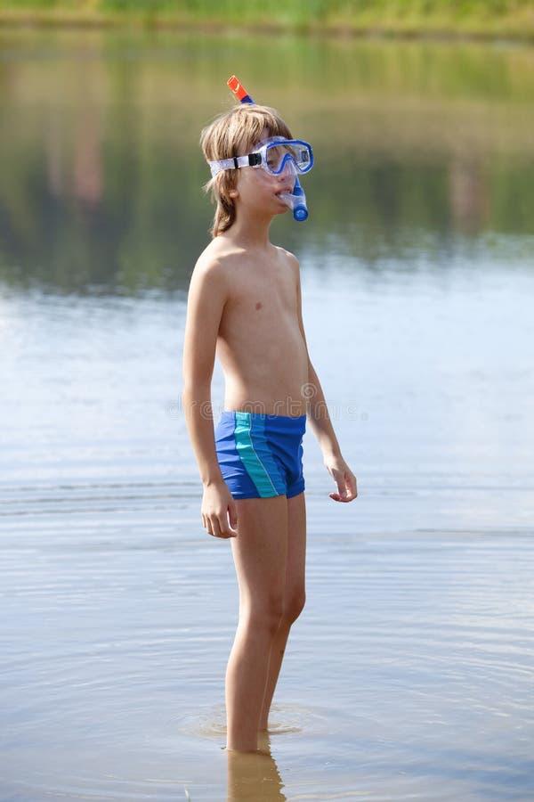 Мальчик получая готовый Snorkel стоковое изображение