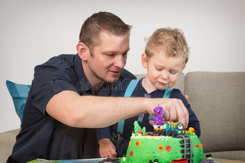 Мальчик празднуя второй день рождения стоковая фотография