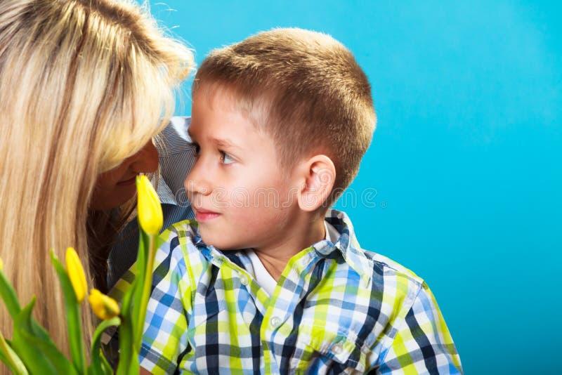 Мальчик празднуя День матери стоковое фото