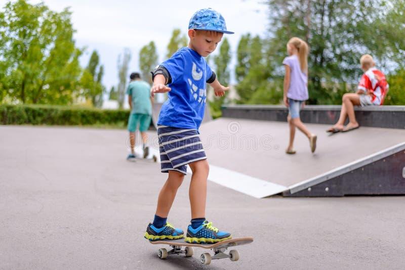 Мальчик практикуя на его скейтборде стоковые фотографии rf