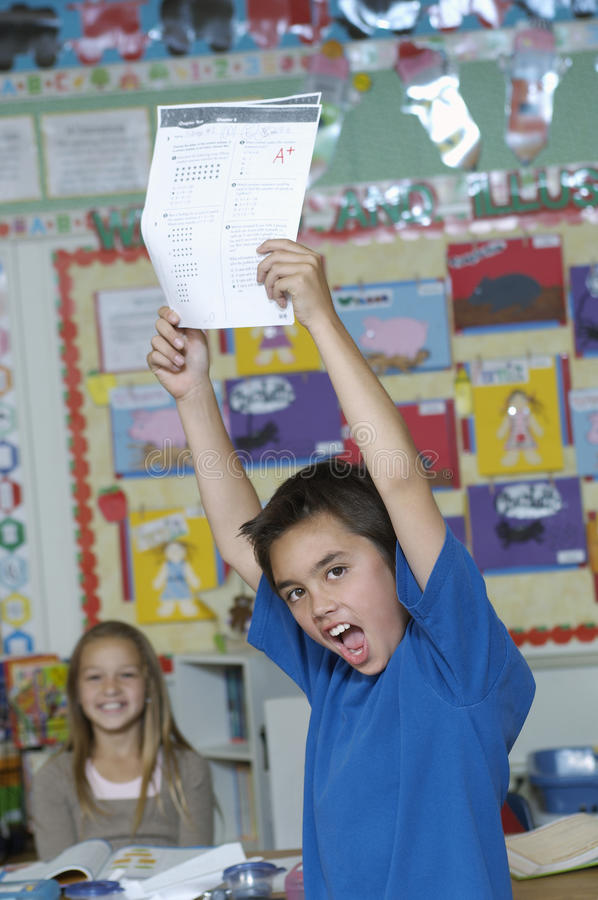 Мальчик представляя его результат теста стоковые фотографии rf