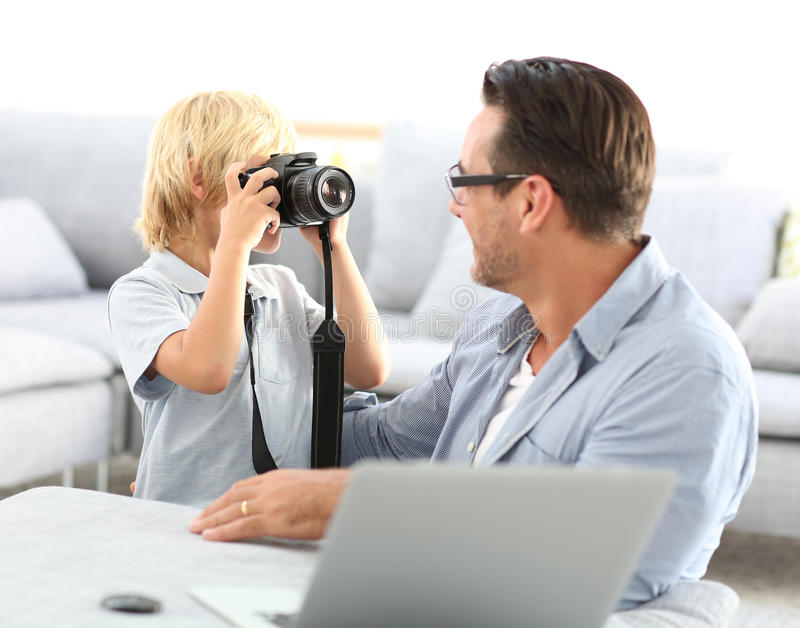 Мальчик принимая фото его отца стоковые изображения