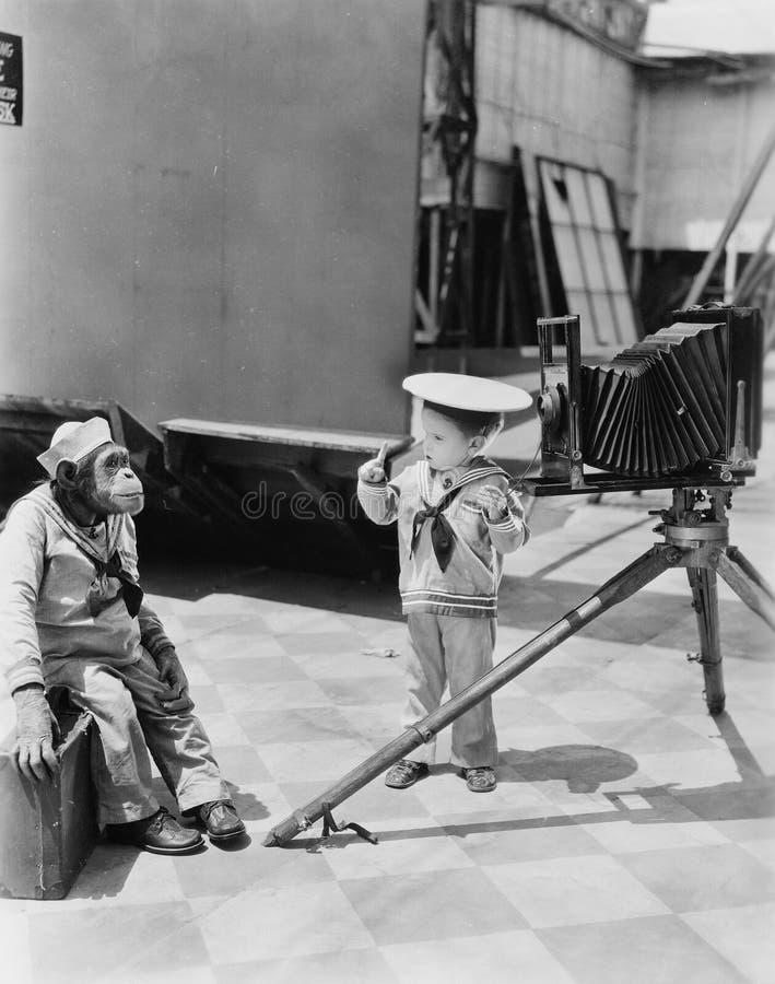 Мальчик при шимпанзе фотографируя (все показанные люди более длинные живущие и никакое имущество не существует Гарантии поставщик стоковые фотографии rf