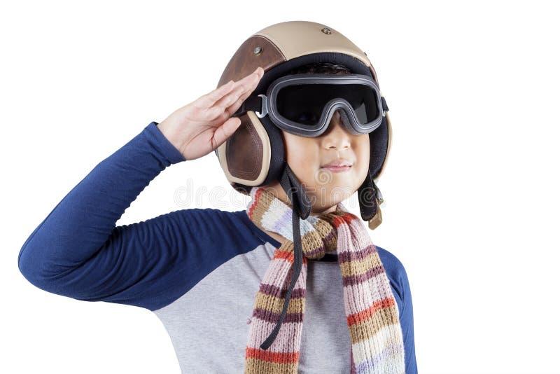 Мальчик при шлем давая почтительный жест рукой стоковые изображения rf