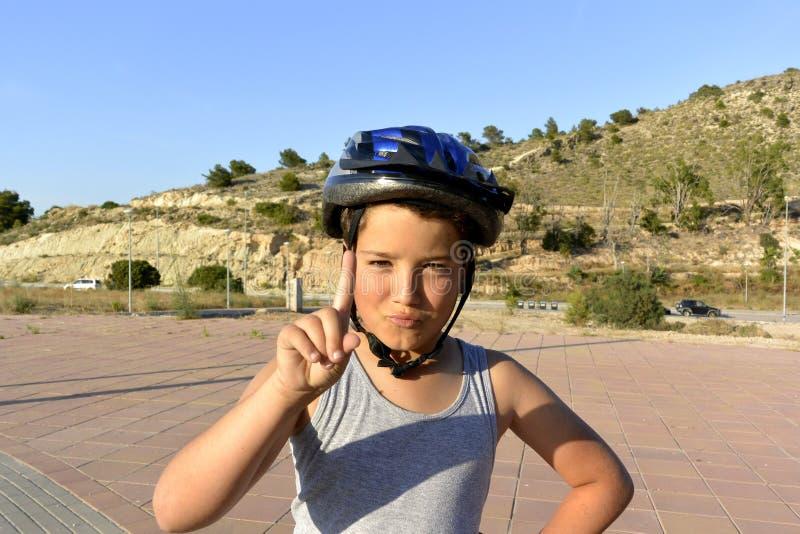 Мальчик при шлем ехать MonoWheel на прогулке стоковое изображение rf