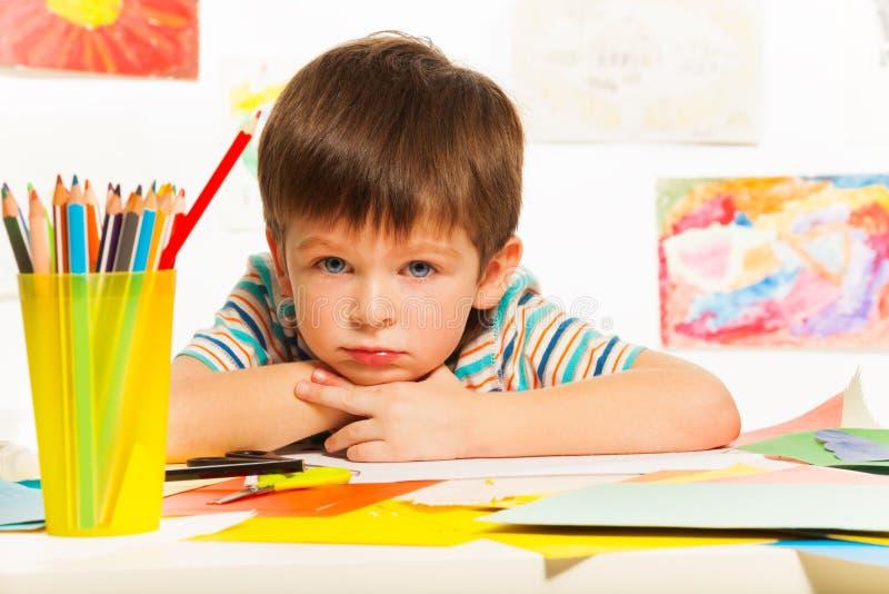 Мальчик пробуренный в классе стоковые фотографии rf