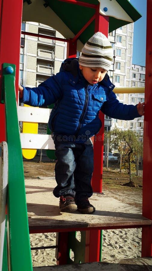 Мальчик проверяя высоту скольжений стоковые изображения