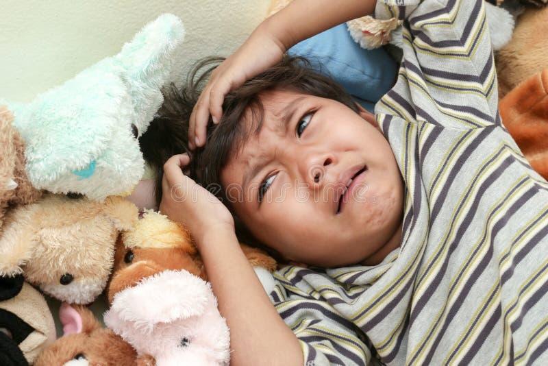 мальчик плача 4 звезды луны стоковые изображения