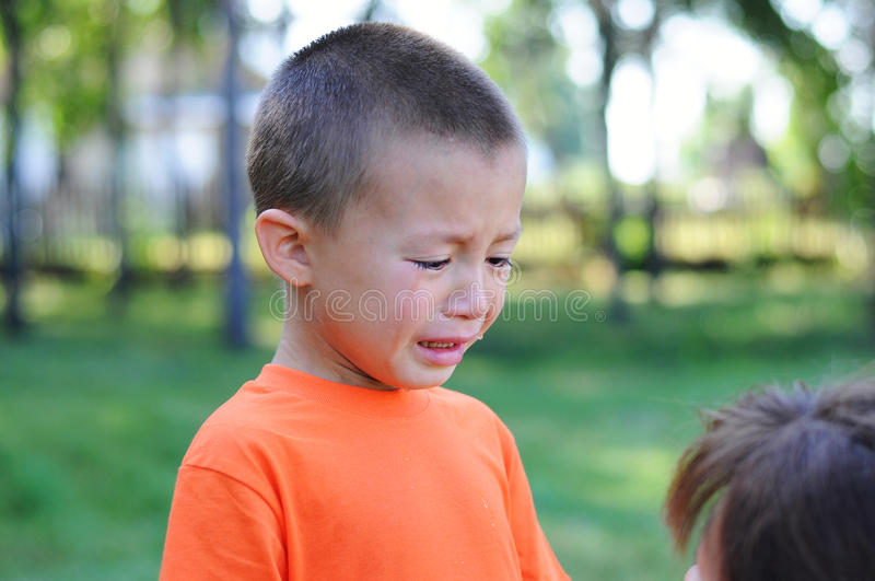Мальчик плача с разрывами внешними стоковое изображение rf