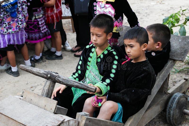Мальчик племени холма Таиланда с традиционным костюмом стоковое фото rf