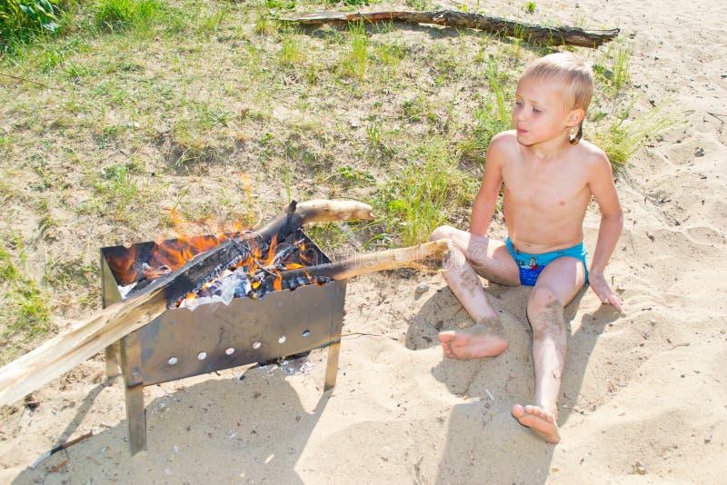 Download Мальчик разжигает стоковое изображение. изображение насчитывающей тщательно - 41657207