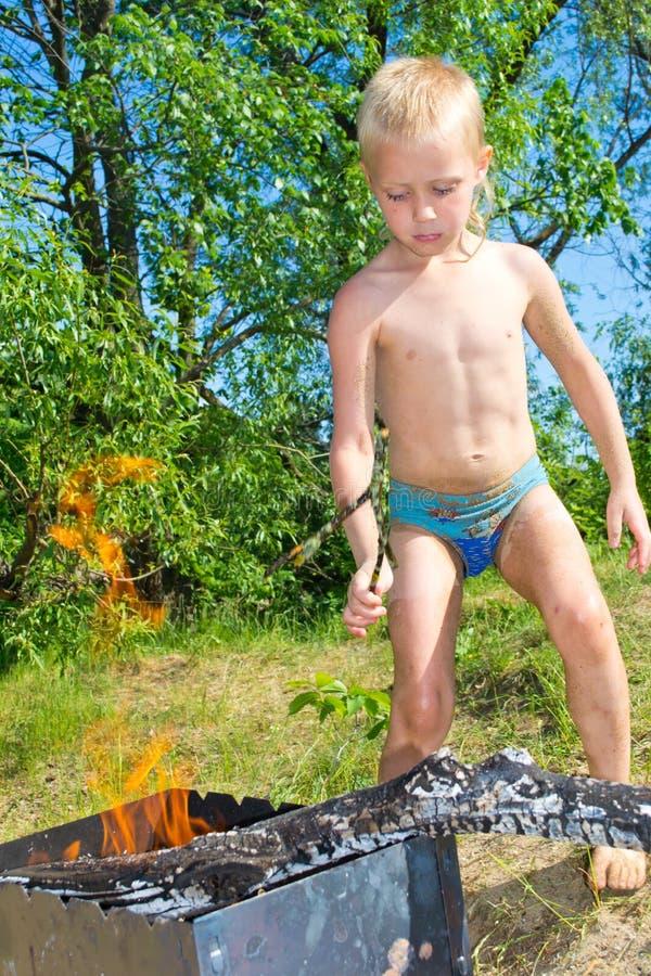 Download Мальчик разжигает стоковое фото. изображение насчитывающей астетически - 41657242